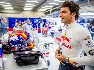Carlos Sainz, en el garaje de Toro Rosso
