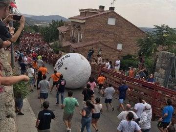 La séptima edición del encierro con una bola gigante en Mataelpino, Madrid