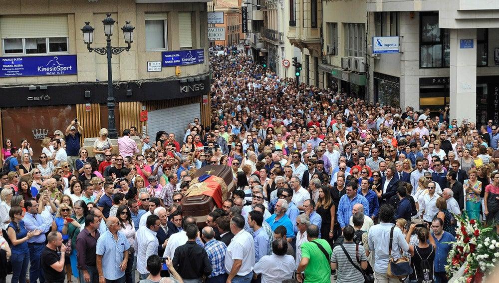 El féretro con los restos del torero Dámaso Gónzalez, fallecido ayer en Madrid a consecuencia de una grave enfermedad, y cuyo funeral ha tenido lugar hoy en Albacete acompañado de una multitud de personas que han querido despedirse.