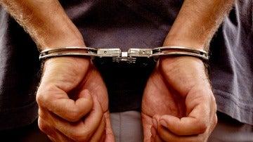 Un hombre detenido con esposas