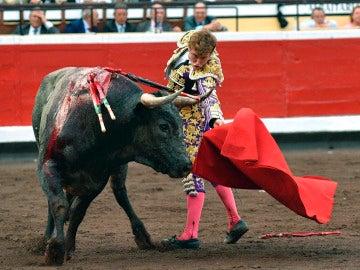 El diestro Juan Leal da un pase a su primer toro de la novena y última corrida de abono de la Aste Nagusia de Bilbao