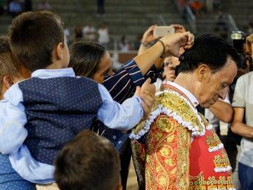 La hija del diestro José Ortega Cano, Gloria Camila, le corta la coleta al finalizar el primer festejo taurino