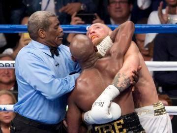Conor McGregor en acción ante Floyd Mayweather durante su décimo round