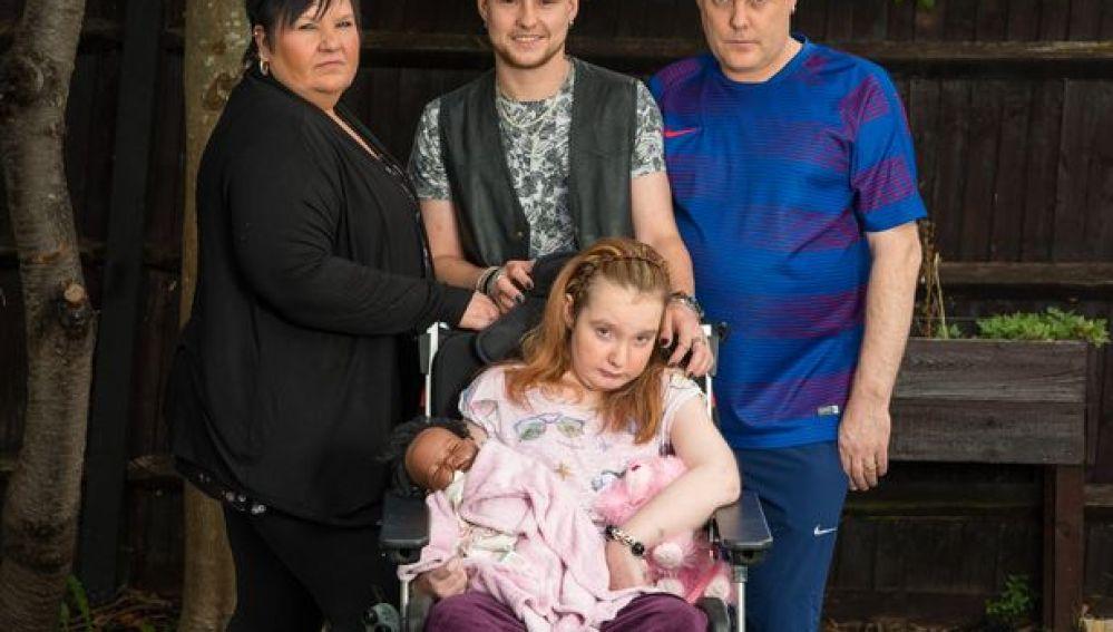 La hija menor Sarah, junto a sus padres y su hermano Harry