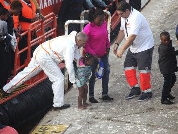 Llegada al puerto de Tarifa de 54 personas de origen magrebí, cuando intentaban alcanzar las costas españolas a bordo de una patera en aguas del Estrecho de Gibraltar