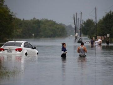 Afectados de las inundaciones de la tormenta tropical Harvey en Houston, Texas