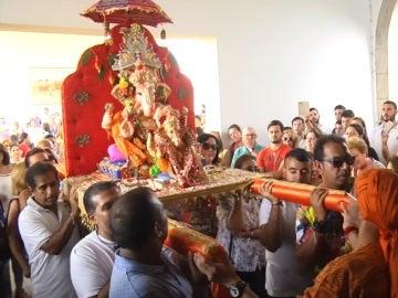Entrada de la imagen de la divinidad Ganesh de la comunidad hindú al santuario de Santa María de África