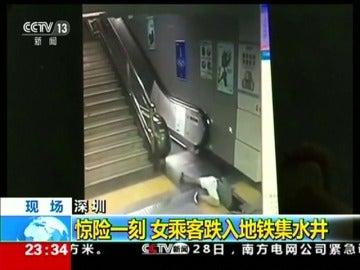 Una mujer cae por un agujero en el suelo en el metro de China