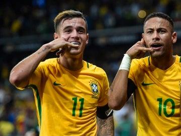Coutinho y Neymar durante una celebración de gol