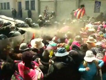 Mujeres cholitas se enfrentan con la policía antidisturbios para exigir la liberación de líderes indígenas en Bolivia