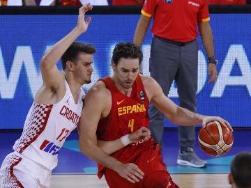 Pau Gasol postea a Saric durante el Croacia - España