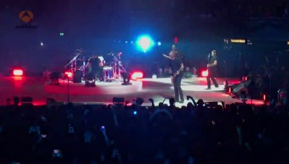 El líder de Metallica sufre una caída durante un concierto