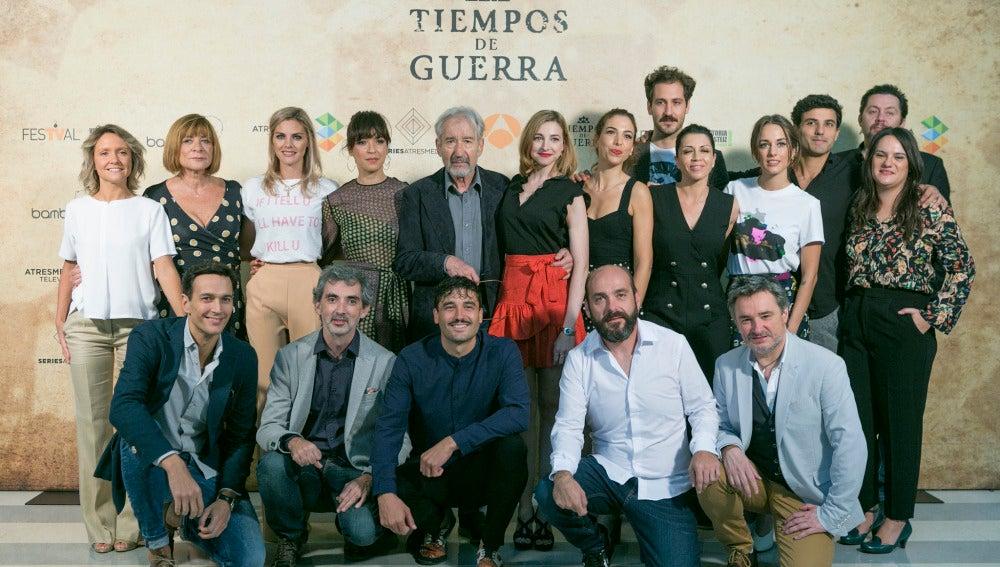 Reparto y equipo de 'Tiempos de guerra' en el FesTVal de Vitoria