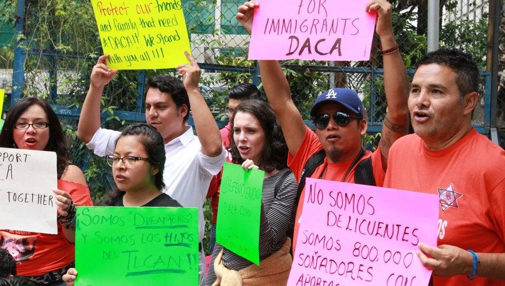 Jóvenes protestan por la decisión del Gobierno