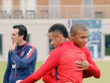 Mbappé abraza a Neymar durante su primer entrenamiento juntos en el PSG