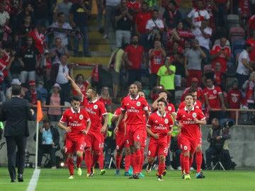 Los jugadores del Benfica celebran un gol