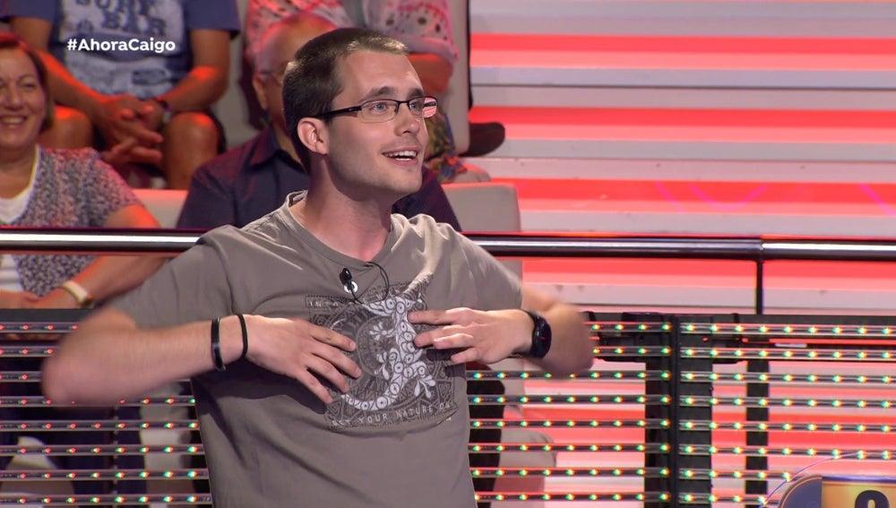 Uno de los concursantes contando un chiste