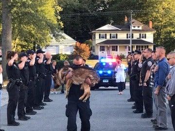 El homenaje que el cuerpo de policía de Connecticut realiza a un perro policía