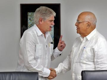 Alfonso Dastis y Raúl Castro