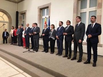 El presidente de la Generalitat, Carles Puigdemont, acompañado por los miembros de la mesa