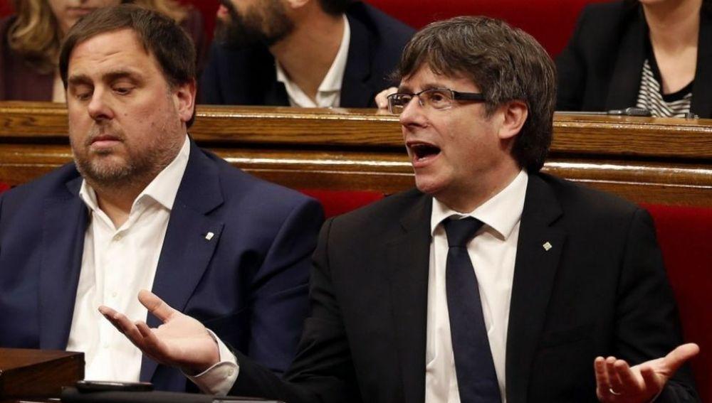 Carles Puigdemont y Oriol Junqueras en el pleno del Parlament