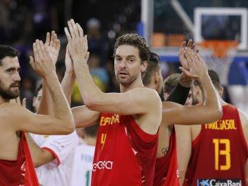 Pau Gasol aplaude junto a sus compañeros