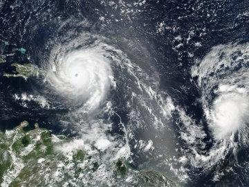 Imagen facilitada por la NASA que muestra el huracán Irma y el Huracán José en el Océano Atlántico