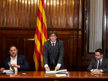 El presidente de la Generalitat, Carles Puigdemont, firma la convocatoria de referéndum