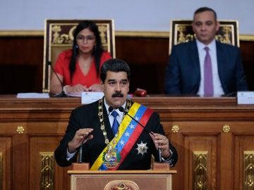 El presidente Nicolás Maduro habla junto a la presidenta de la Asamblea Nacional Constituyente, Delcy Rodríguez, y el presidente del Tribunal Supremo de Justicia, Maikel Moreno, durante una sesión de la Asamblea Nacional Constituyente, en Caracas, Venezuela.