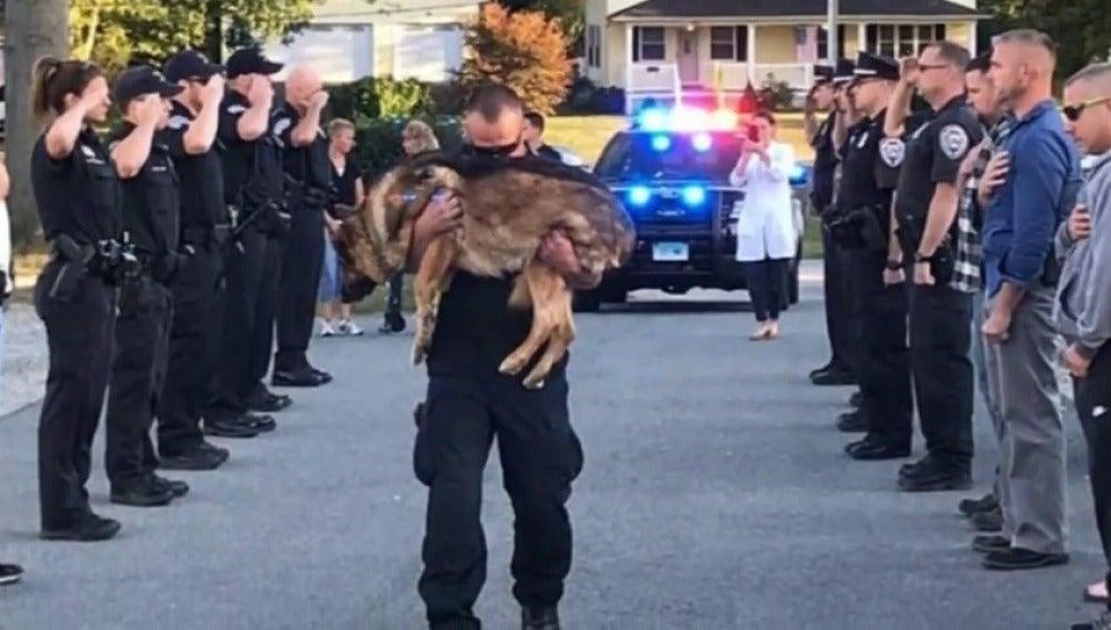 El emotivo homenaje de despedida que recibe un perro policía con cáncer