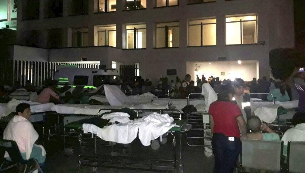 Pacientes y médicos de un hospital en Villahermosa (México) permanecen fuera del recinto hospitalario