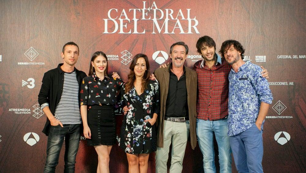 El reparto de 'La Catedral de Mar' en el FesTVal de Vitoria