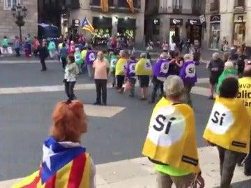 Unas 500 personas protestan frente al Ayuntamiento de Barcelona contra las resoluciones del TC