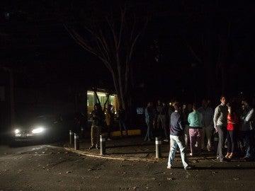 La gente fuera de sus hogares en la Colonia de Condesa, después de que el terremoto azotara el epicentro en el estado de Chiapas, México