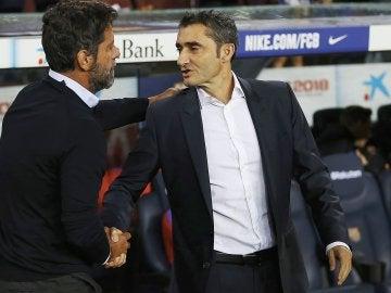 Quique Sánchez Florez y Ernesto Valverde se saludan antes del Barça - Espanyol