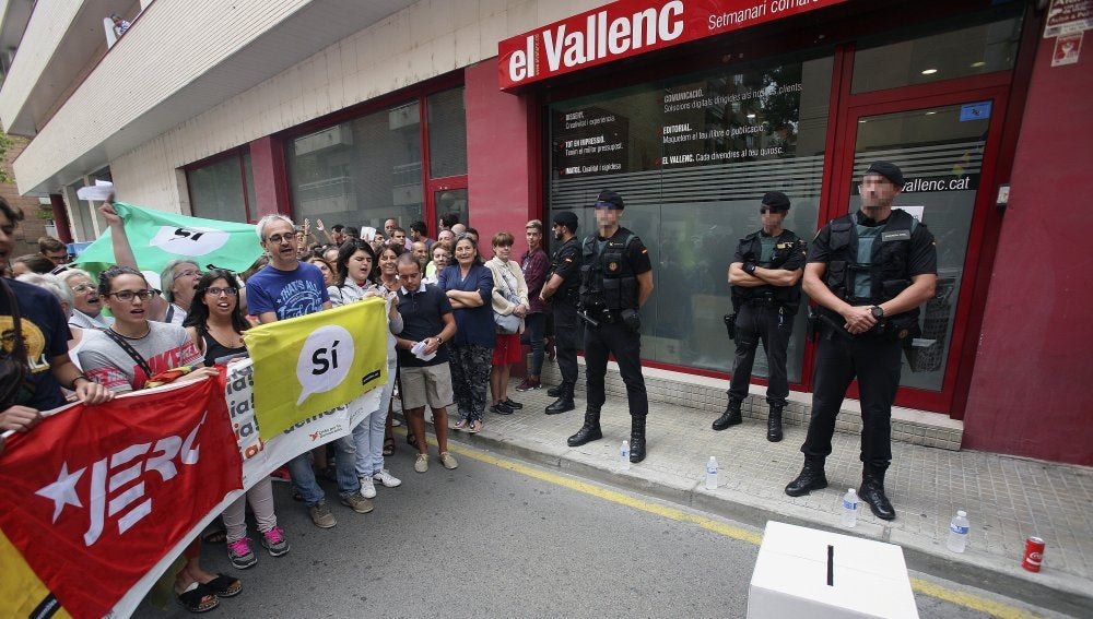 Agentes de la Guardia Civil están registrando un antiguo local del semanario El Vallenc, en Valls (Tarragona)