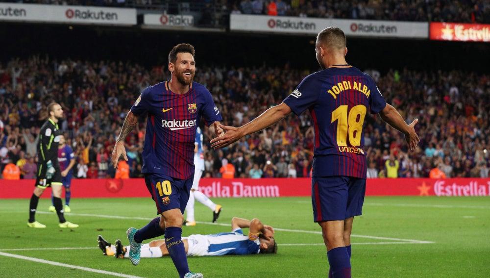 Leo Messi celebra con Jordi Alba uno de sus goles contra el Espanyol