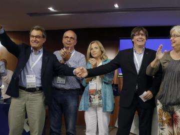 El president de la Generalitat, Carles Puigdemont, junto a Artur Mas