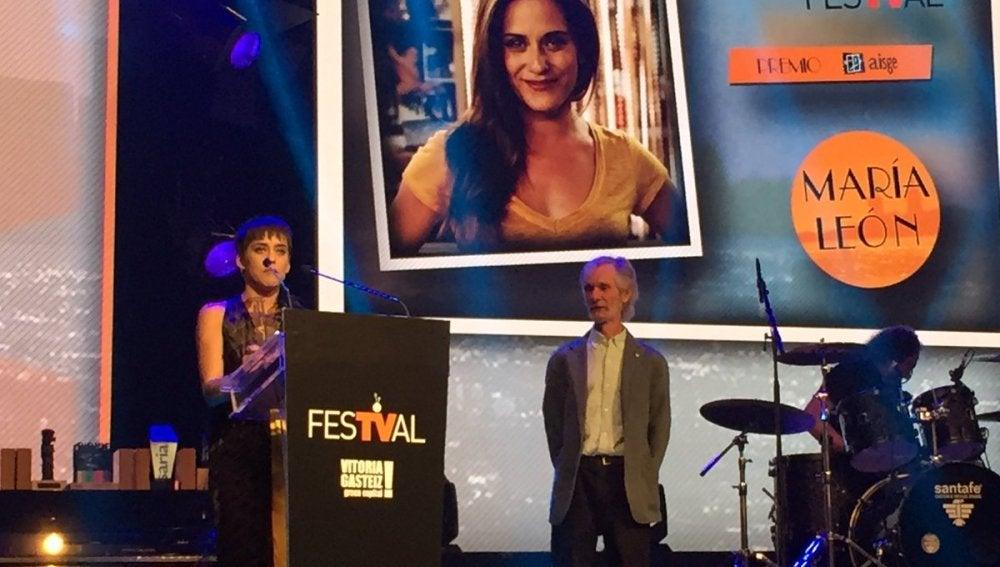 María Léon dedica el Premio AISGE a sus compañeros de 'Allí abajo'