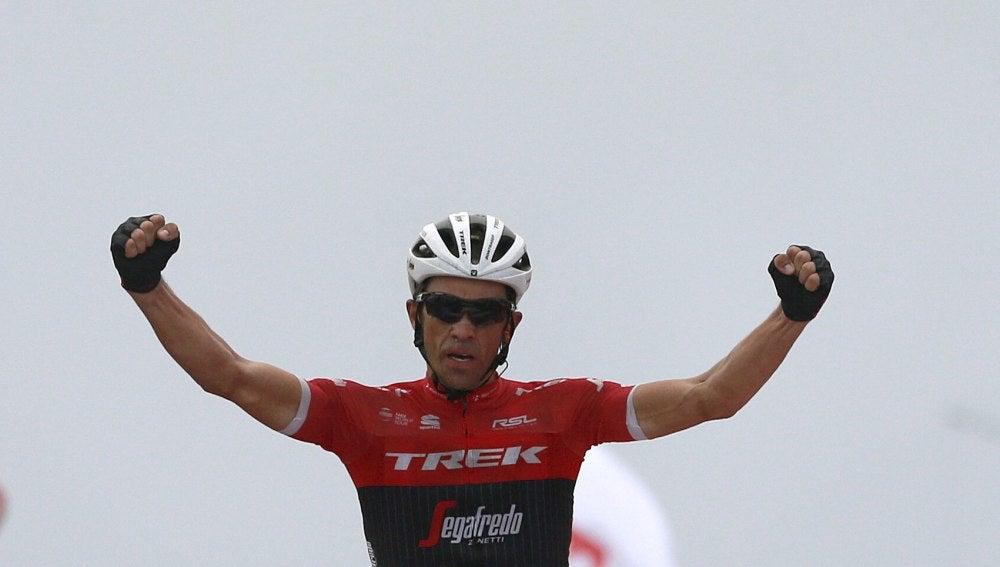 Alberto Contador celebra su victoria en L'Angliru