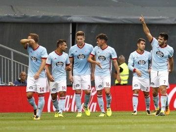 Los jugadores del Celta celebran el gol de Maxi Gómez ante el Alavés