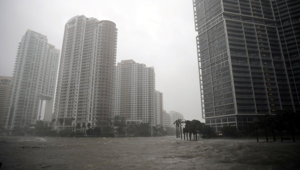 El nivel del agua sube en Miami al paso del huracán Irma