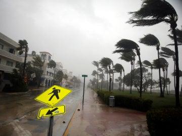 Viento fuerte es visto a lo largo de Ocean Drive en South Beach mientras el huracán Irma llega al sur de Florida, en Miami Beach, Florida