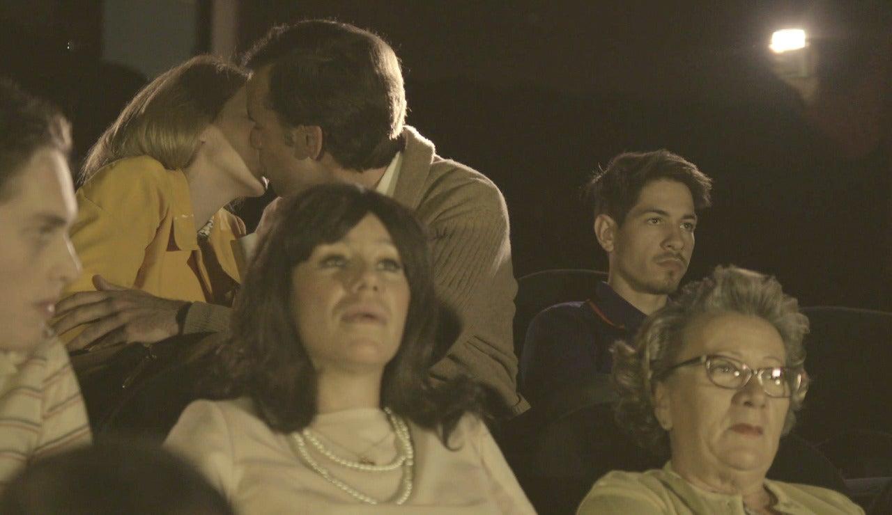 El acomodador de cine sorprende a una pareja con su linterna
