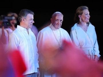 Francisco se despide de Colombia acompañado por el presidente Santos y la primera dama María Clemencia Rodríguez