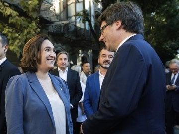 El presidente de la Generalitat, Carles Puigdemont, conversa con la alcaldesa de Barcelona, Ada Colau
