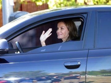 La reina Letizia llevando a sus hijas en su primer día de colegio