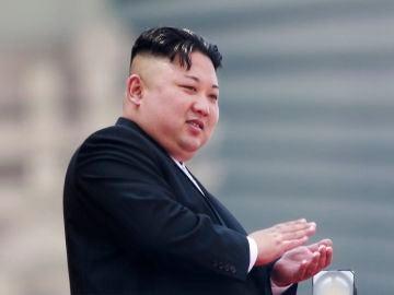 Fotografía de archivo que muestra al líder norcoreano Kim Jong-un mientras aplaude desde un balcón durante un desfile