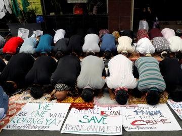 Musulmanes filipinos rezan durante una manifestación para protestar contra la persecución de los musulmanes rohingya en Birmania, frente a la embajada de Birmania en Makati, Filipinas