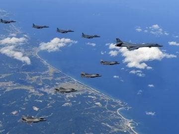 Cazas surcoreanos, bombarderos estratégicos estadounidenses y cazas sobrevuelan la península coreana durante una misión de simulacro de bombardeo en Pilseung, provincia de Gangwon, Corea del Sur.